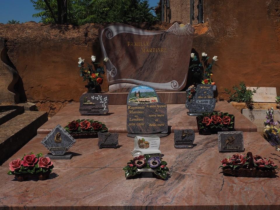Plaque de décoration funéraire : un hommage qui reflète la vie d'un être cher