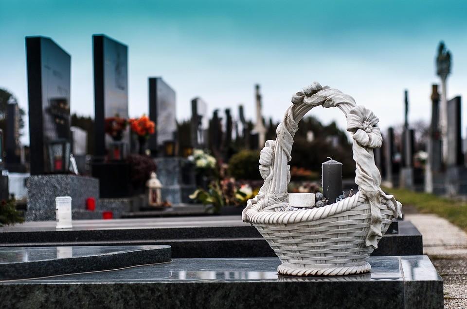 Focus sur les monuments funéraire ou une pierre tombale