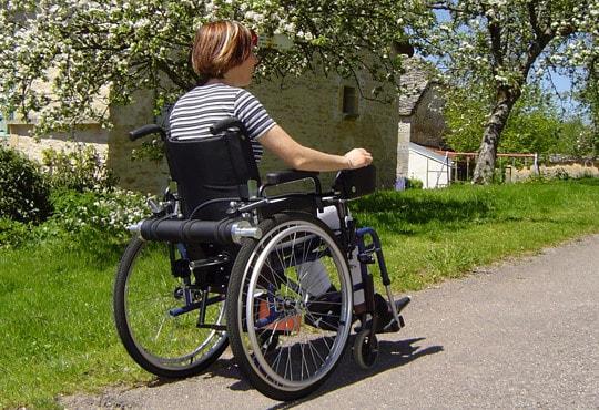 Est-il possible de changer un fauteuil roulant manuel en électrique ?